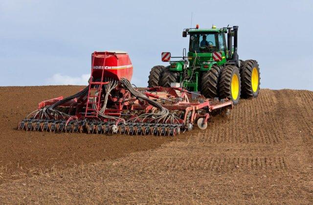 Arbeiten auf dem Feld mit Traktor