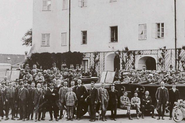 schwarz-weiß Foto - Menschen vor dem Turmzimmer